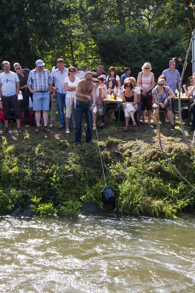 Большие гонки на тазах по реке