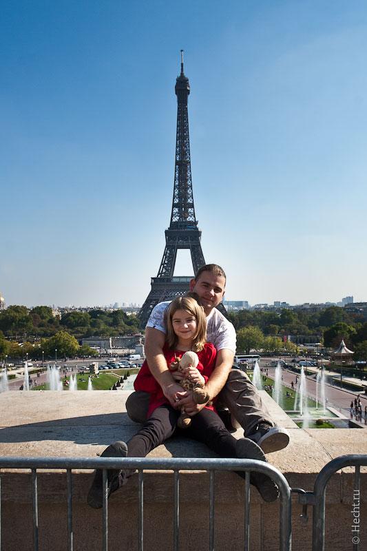 Лиза и Егор на фоне Эйфелевой башни