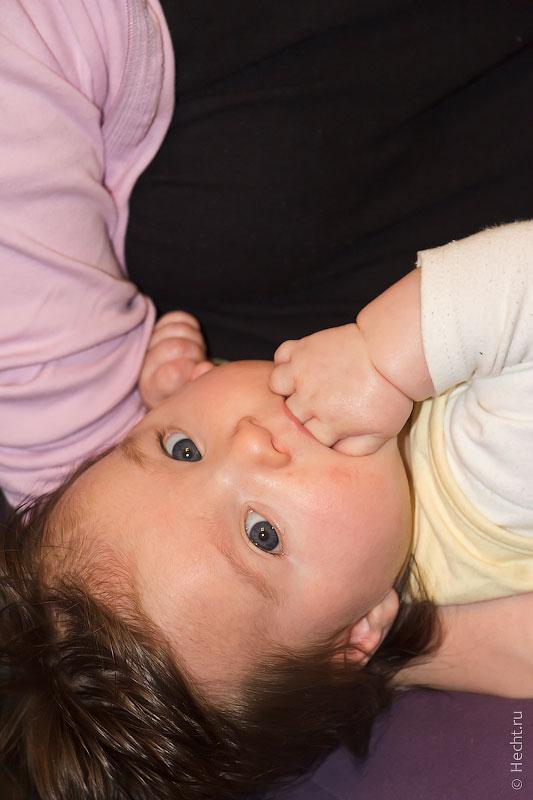 Эвелин ест руки