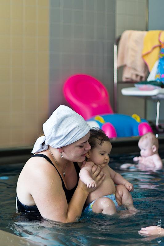 Ляля плавает в бассейне